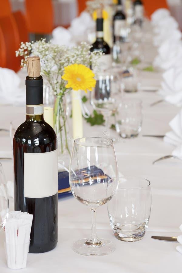 Ajuste da tabela no banquete de casamento imagens de stock