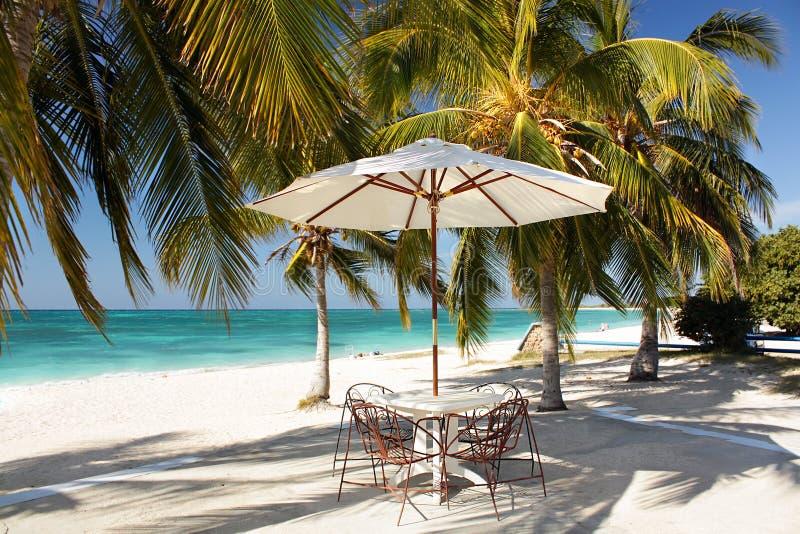 Ajuste da tabela no café da praia fotografia de stock royalty free