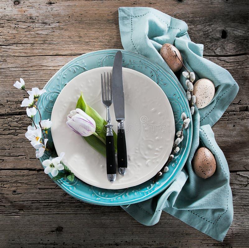 Ajuste da tabela da Páscoa com flores e cutelaria da mola Feriados b fotografia de stock royalty free