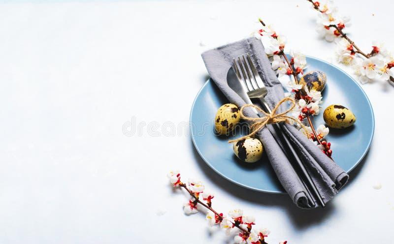 Ajuste da tabela da P?scoa com ovos e ramos de codorniz na flor, fundo dos feriados da mola imagem de stock