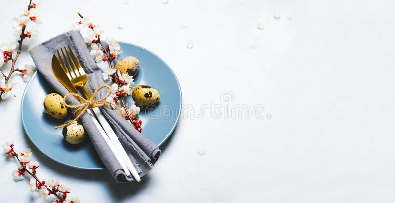 Ajuste da tabela da P?scoa com ovos e ramos de codorniz na flor, fundo dos feriados da mola imagem de stock royalty free