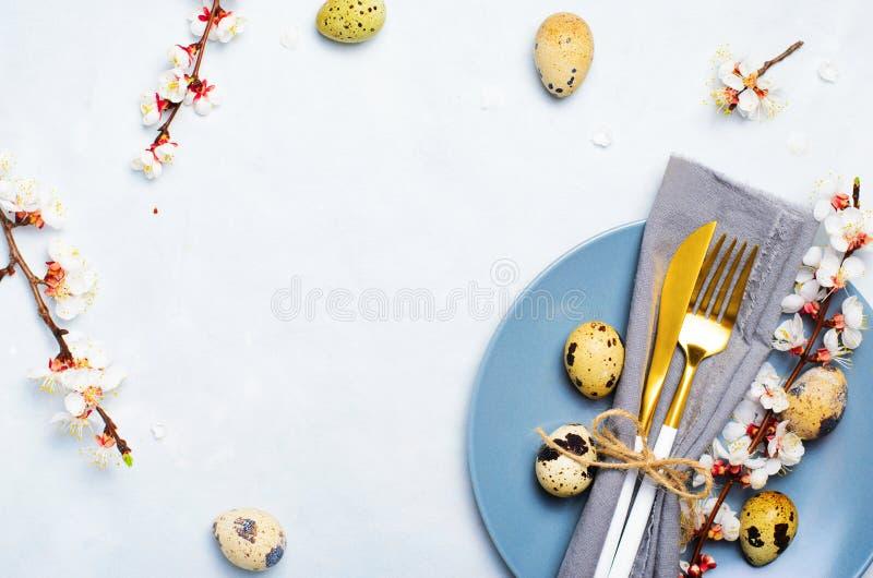 Ajuste da tabela da P?scoa com ovos e ramos de codorniz na flor, fundo dos feriados da mola fotos de stock royalty free