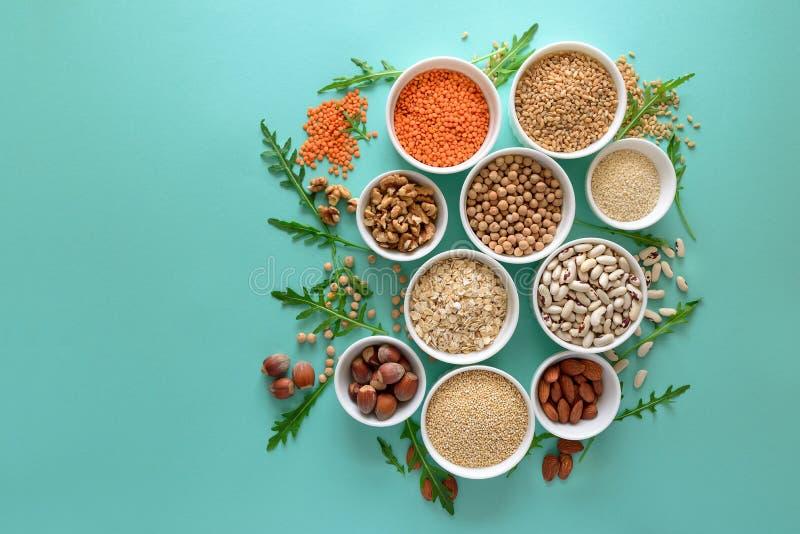 Ajuste das bacias com quinoa, a lentilha, o grão-de-bico, trigo, a noz, a amêndoa, a avelã e sésamo orgânicos Variedade dos cerea fotos de stock royalty free