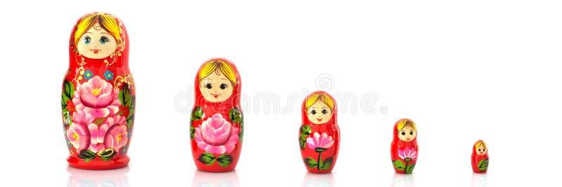Ajuste das bonecas do assentamento do russo do matryoshka isoladas no fundo branco panorâmico imagens de stock royalty free