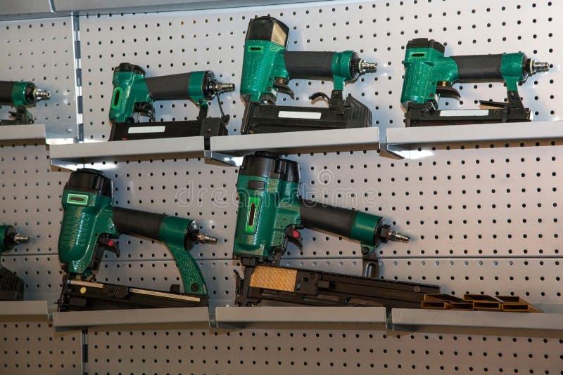 Ajuste das brocas de energias verdes em prateleiras do metal fotos de stock