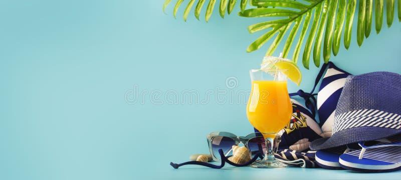 Ajuste das coisas brancas azuis da praia do verão no estilo náutico para férias com o cocktail alaranjado no fundo longo azul, es imagens de stock