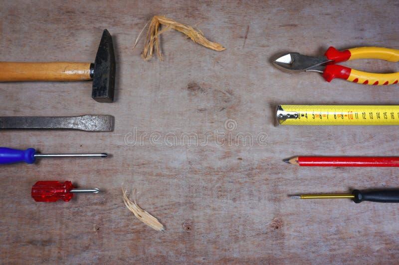 Ajuste das ferramentas da mão isoladas no fundo de madeira, com espaço de trabalho para seu texto imagem de stock royalty free