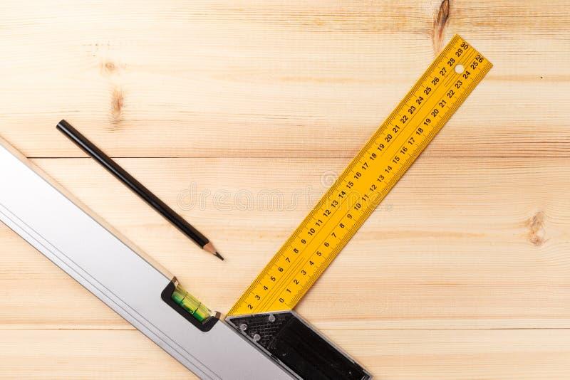 Ajuste das ferramentas da m?o na tabela de madeira Instrumentos no fundo de madeira Repare ferramentas Vista superior Configura?? fotos de stock