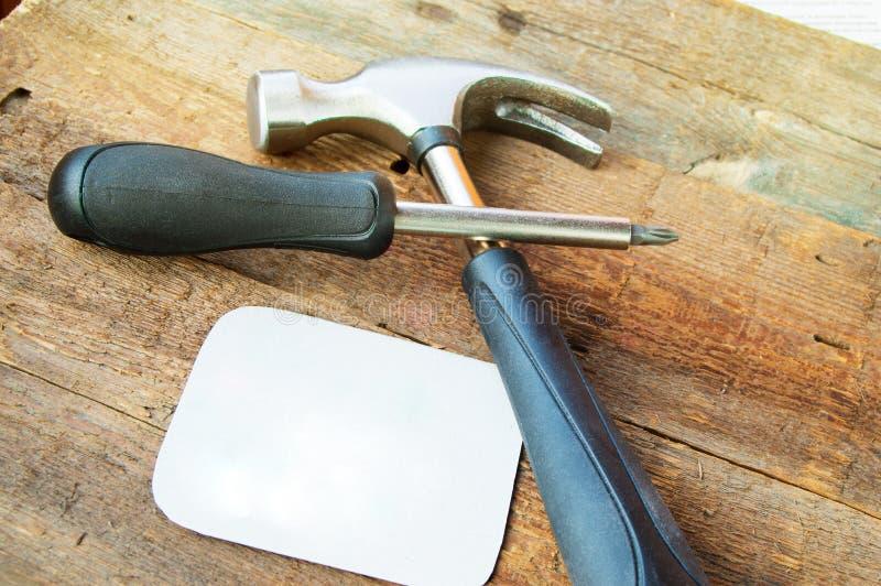 Ajuste das ferramentas de construção novas no fundo de madeira escuro velho, espaço para o texto fotografia de stock royalty free