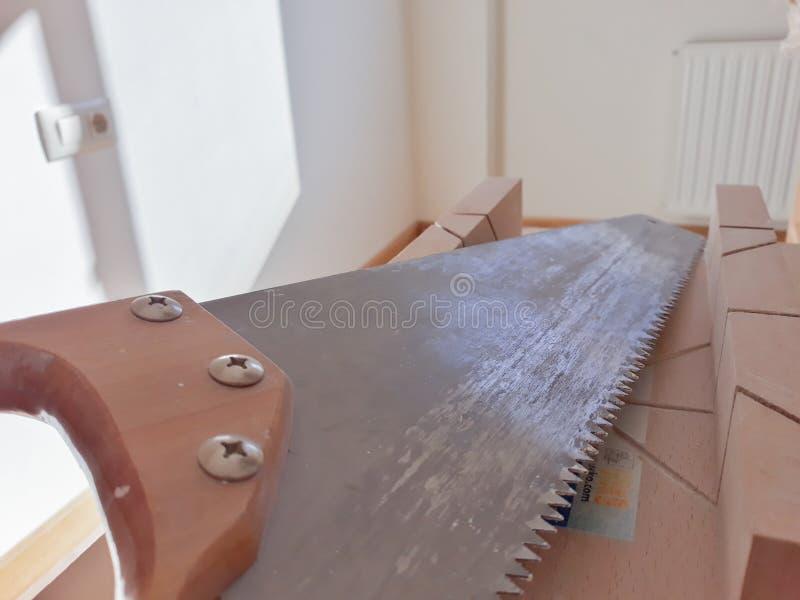 Ajuste das ferramentas do trabalho na tabela: serra, frisador e painter& x27; escova de s foto de stock