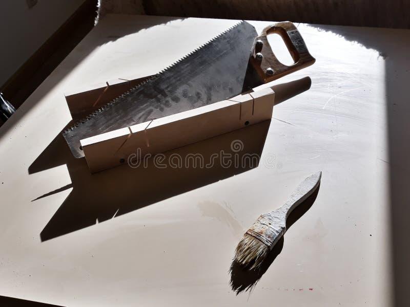 Ajuste das ferramentas do trabalho na tabela: serra, frisador e painter& x27; escova de s imagens de stock royalty free