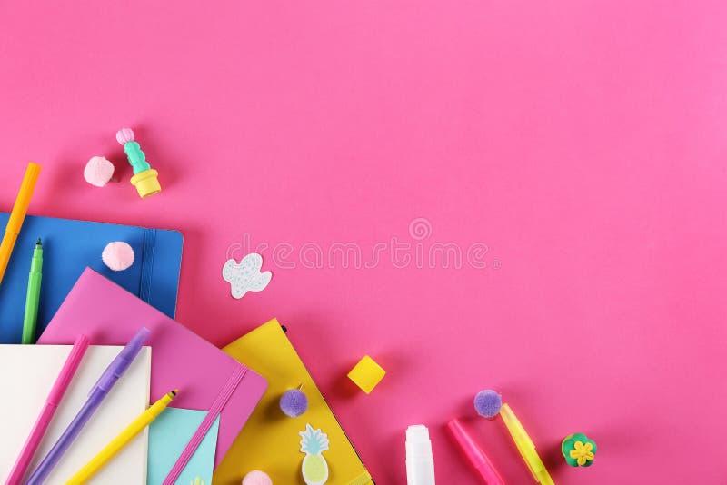 Ajuste das fontes de escola no fundo textured de papel foto de stock