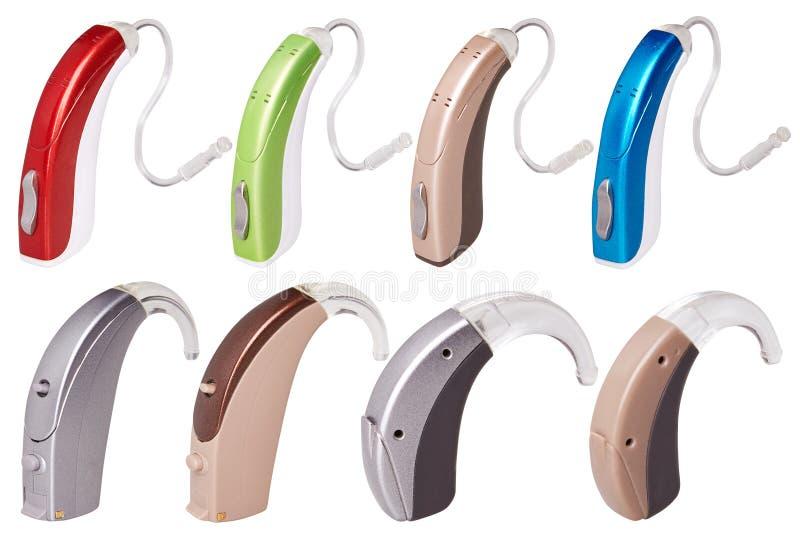 Ajuste das próteses auditivas modernas no fundo branco isolado, alternativa à cirurgia foto de stock royalty free