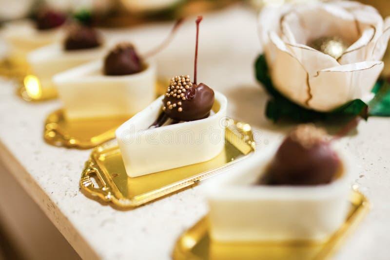 Ajuste das sobremesas do chocolate, chocolate preto e branco fotos de stock royalty free