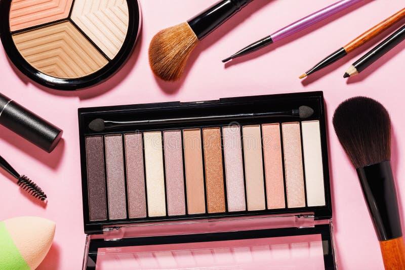 Ajuste das várias ferramentas da composição no fundo cor-de-rosa Vista superior fotografia de stock royalty free