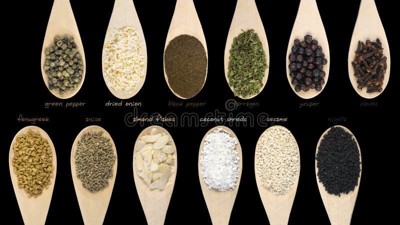 Ajuste das vários especiarias e ingredientes de alimento com as etiquetas isoladas no fundo preto De alta resolução foto de stock