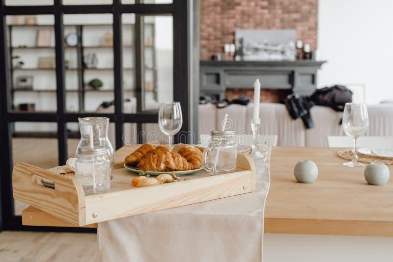 Ajuste de la cena en espacio de madera de la sobremesa de la cocina foto de archivo libre de regalías