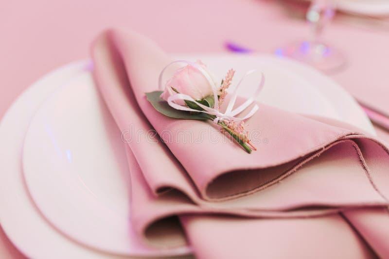 Ajuste de la mesa de comedor en el estilo de Provence, con la pequeña flor color de rosa, servilleta beige Opini?n horizontal del foto de archivo libre de regalías