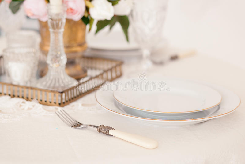 Ajuste de la mesa de comedor en el estilo de Provence, con las velas, la lavanda, la loza y los cubiertos, primer del vintage fotografía de archivo