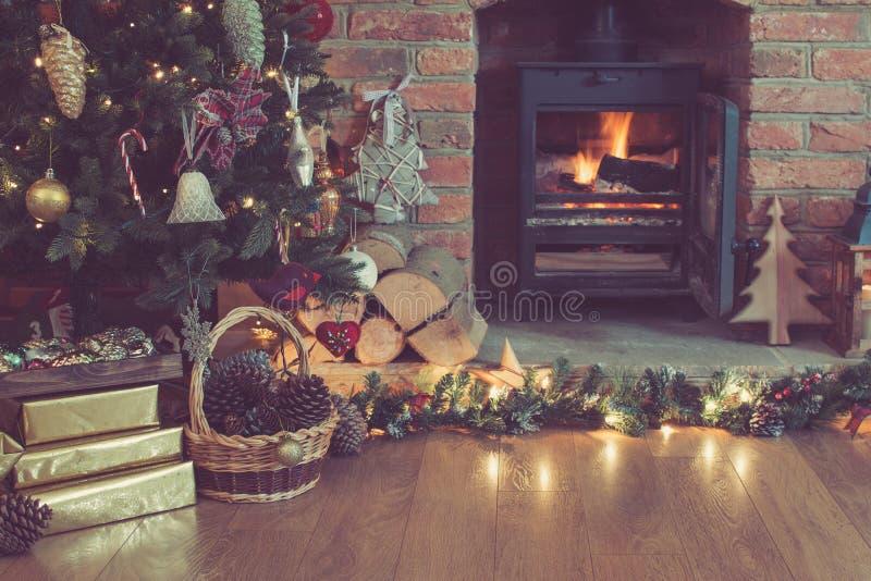 Ajuste de la Navidad, chimenea adornada, árbol de la piel fotos de archivo
