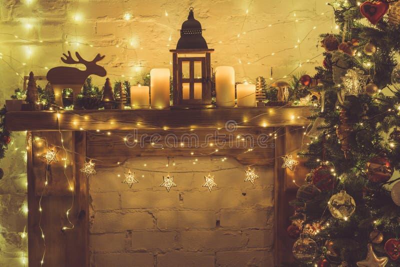 Ajuste de la Navidad, chimenea de la linterna imagen de archivo libre de regalías
