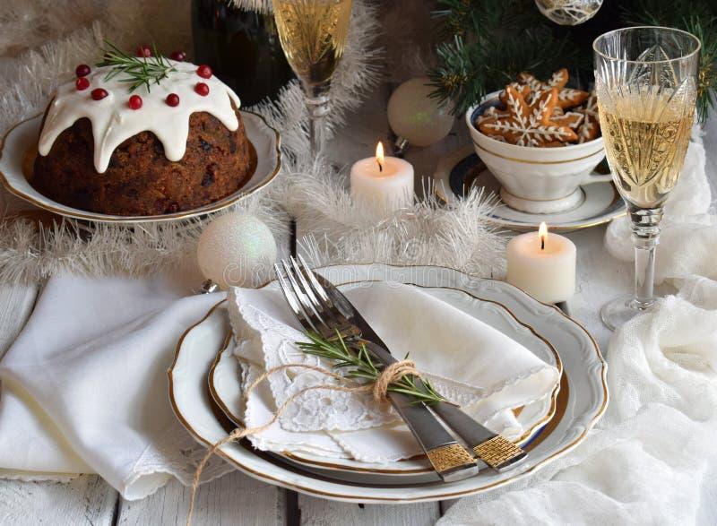Ajuste de la Navidad y de la tabla del día de fiesta del Año Nuevo celebración Cubierto para la cena de Navidad Decoraciones del  imagen de archivo libre de regalías