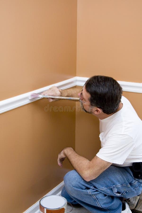 Ajuste de la pintura del pintor alrededor de puertas y de ventanas fotografía de archivo libre de regalías