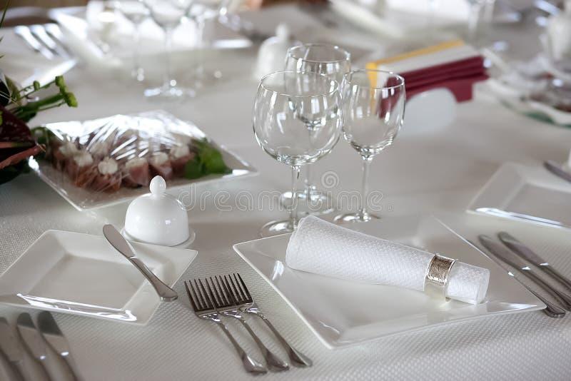 Ajuste de la tabla antes de la cena fotos de archivo