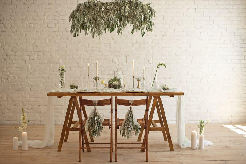 Ajuste de la tabla de la boda de Boho, decoraciones rústicas, oro y detalles azules, tabla de madera, bokeh Decoraci?n de lujo de foto de archivo libre de regalías