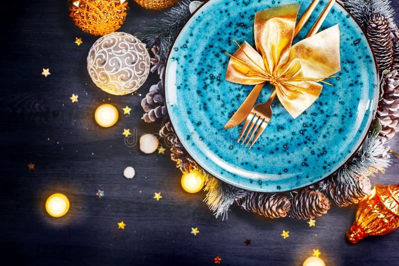 Ajuste de la tabla de cena del día de fiesta de la Navidad Decoración de la tabla de Navidad con la placa azul, la decoración col imagenes de archivo