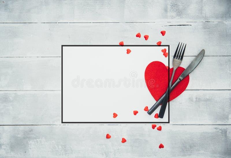 Ajuste de la tabla de cena del día de tarjetas del día de San Valentín con la cinta roja fotografía de archivo libre de regalías