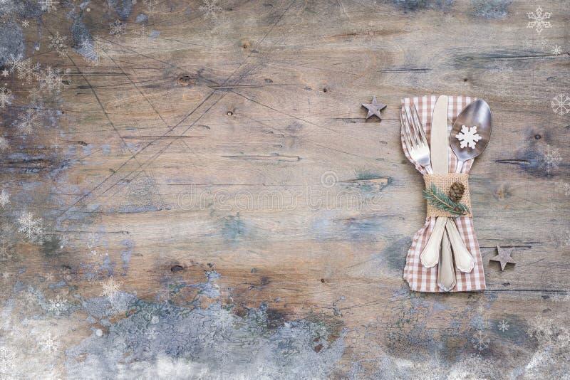 Ajuste de la tabla de cena de la Navidad, decoración, fondo de madera del vintage foto de archivo
