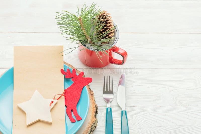 Ajuste de la tabla de cena de la Navidad en el fondo blanco fotos de archivo libres de regalías