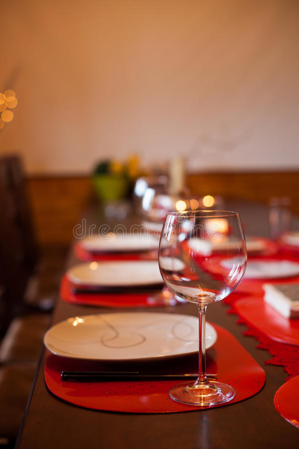 Ajuste de la tabla con la copa de vino fotos de archivo libres de regalías