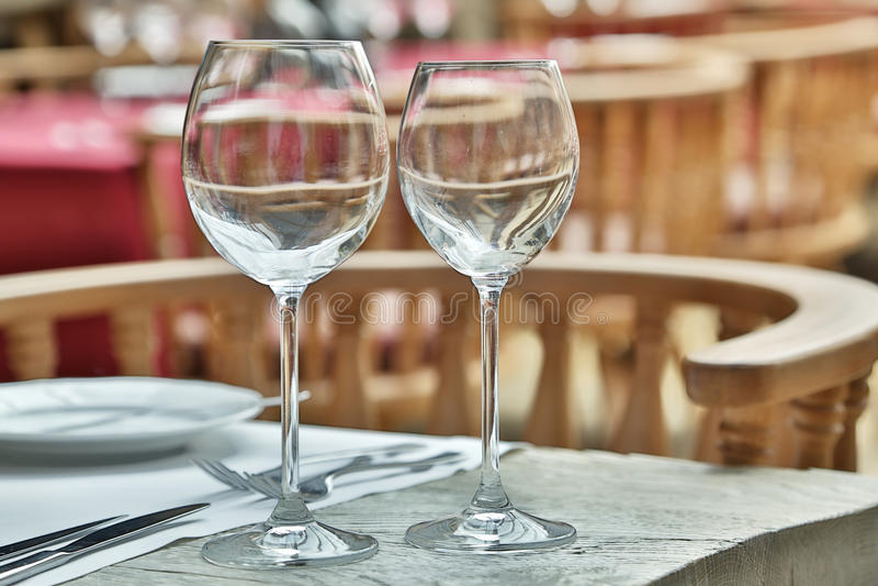 Ajuste de la tabla con las copas de vino fotos de archivo libres de regalías