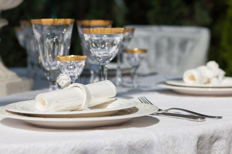 Ajuste de la tabla con los vidrios de la servilleta y del triunfo fotografía de archivo