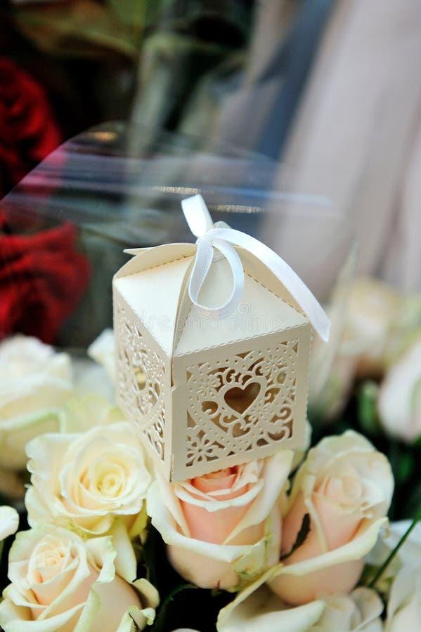 Ajuste de la tabla de la boda con las flores en estilo rústico imagen de archivo