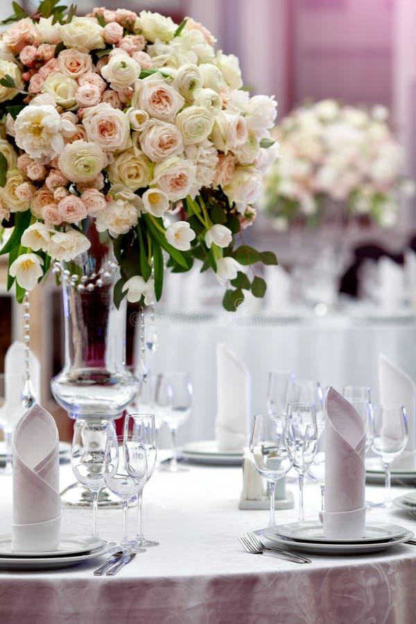 Ajuste de la tabla de la boda de la cena fotos de archivo libres de regalías