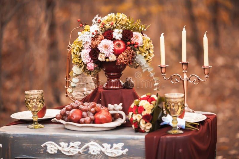 Ajuste de la tabla de la boda en estilo rústico fotos de archivo libres de regalías
