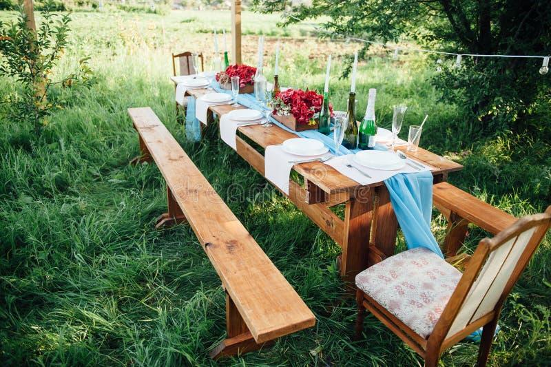 Ajuste de la tabla de la boda en estilo rústico imágenes de archivo libres de regalías