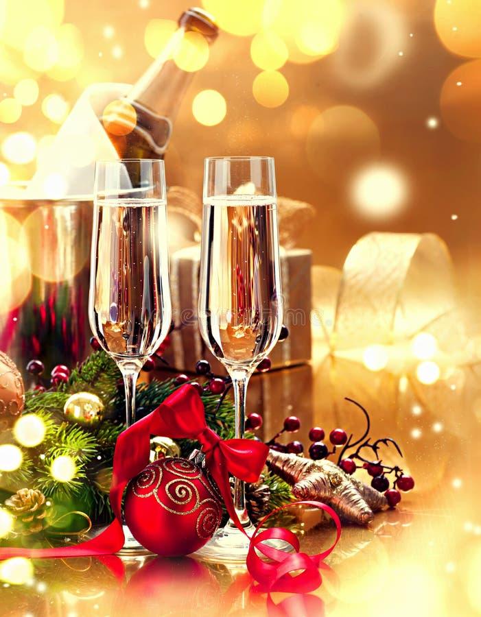 Ajuste de la tabla de la Navidad con champán Celebración del Año Nuevo imagen de archivo