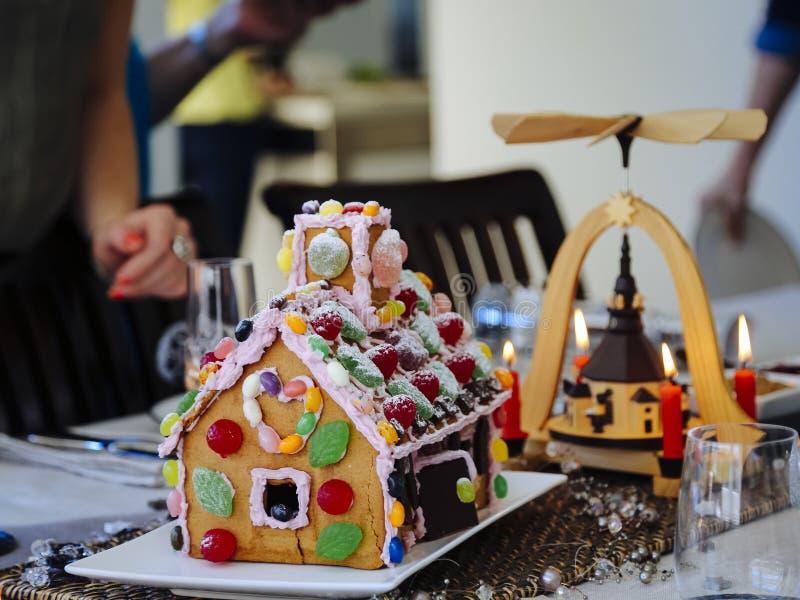 Ajuste de la tabla de la Navidad con la casa de pan de jengibre foto de archivo libre de regalías