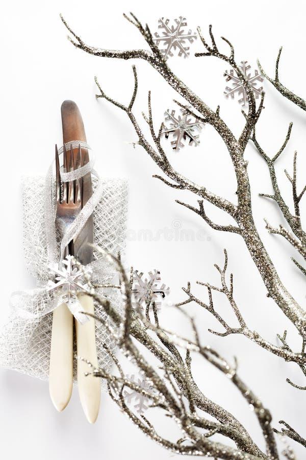 Ajuste de la tabla de la Navidad con las decoraciones del día de fiesta foto de archivo
