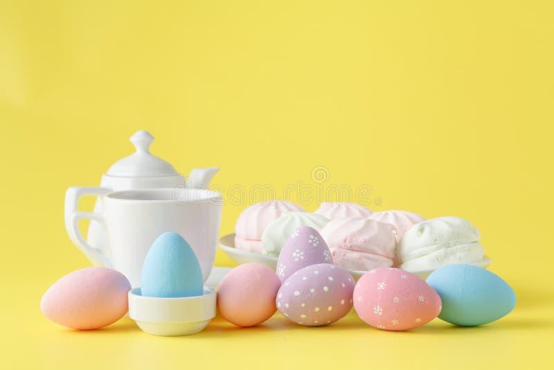 Ajuste de la tabla de Pascua con la decoración del día de fiesta en fondo amarillo fotografía de archivo libre de regalías