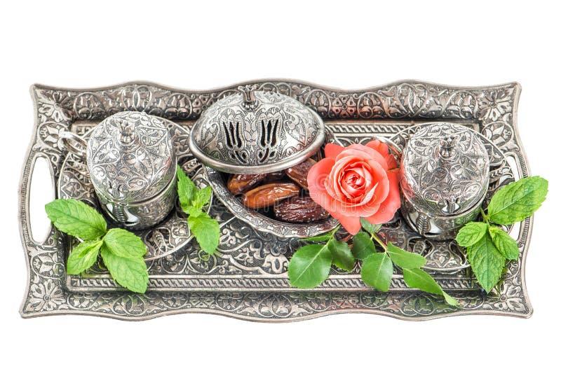 Ajuste de la tabla de té de los días de fiesta con las fechas Hospitalidad oriental imagenes de archivo