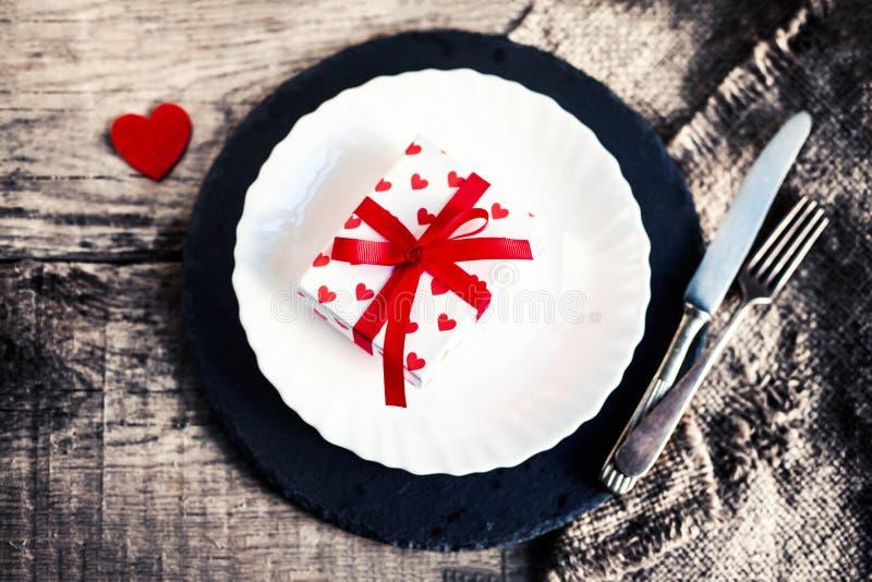 Ajuste de la tabla del día de tarjetas del día de San Valentín del vintage con la placa blanca, bifurcación, kni imágenes de archivo libres de regalías
