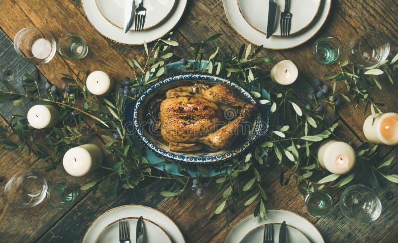 Ajuste de la tabla del día de fiesta para el pollo asado del partido, de la reunión o de la celebración imagen de archivo