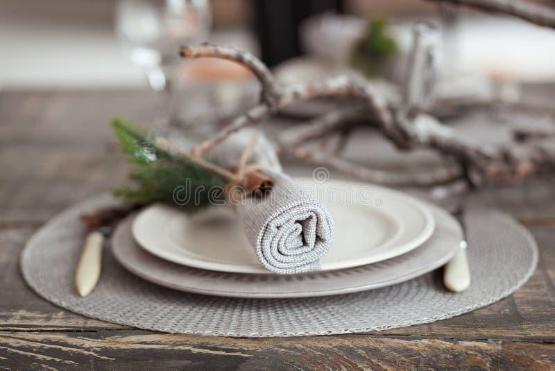 Ajuste de la tabla del vintage, servilleta rústica antigua en plato y cubiertos en el fondo de madera, primer imagen de archivo