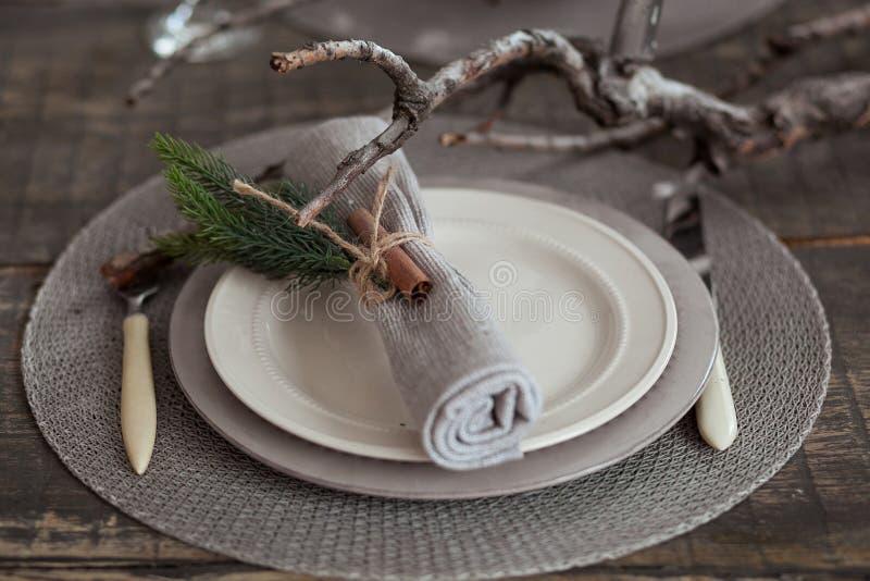 Ajuste de la tabla del vintage, servilleta rústica antigua en plato y cubiertos en el fondo de madera, visión superior fotos de archivo