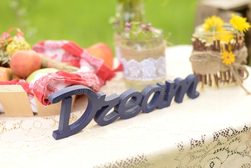 Ajuste de la tabla en estilo rural rústico Decoraci?n de la boda fotografía de archivo